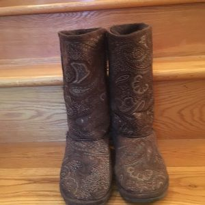Zealand brown and tan boots.